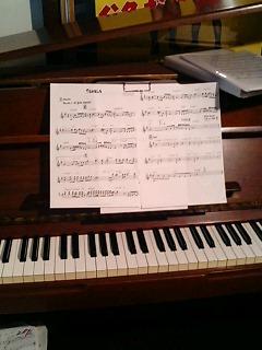 酒屋バーのピアノ